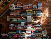 Wand von Brettspielen in einer lokalen Stange lizenzfreie stockfotos