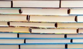 Wand von den Büchern stockfotos