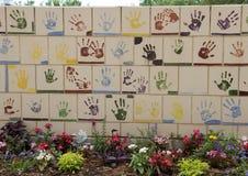 Wand von den Fliesen hergestellt von den Kindern, Front des nationalen Denkmals Oklahoma City u. Museum, mit Blumen im Vordergrun lizenzfreies stockbild