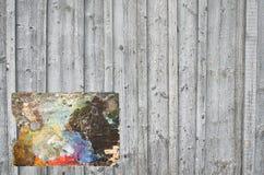 Wand von den hölzernen Planken mit einer Palette Lizenzfreie Stockfotos