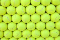 Wand von den Tennisbällen ausgerichtet - Hintergrund Stockfoto