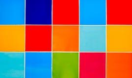 Wand von farbigen Fliesen lizenzfreies stockbild