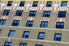 Wand von Fenstern mit verwickelten Carvings um die oberen Reihen Lizenzfreie Stockfotos