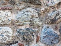 Wand von Galata-Turm in Istanbul mit Aufschriften von Leuten stockbild