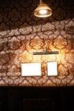 Wand von leeren Rahmen und von whiteboards im Kneipeninnenraum - Spott oben, Anschlagtafel, Anzeigenraum zuhause lizenzfreies stockbild