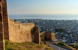 Wand von Naryn-Kalafestung und Ansicht von Derbent-Stadt stockfotografie