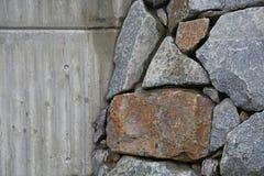 Wand von Natursteinen und von concret Lizenzfreies Stockfoto