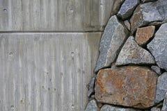 Wand von Natursteinen und von concret Lizenzfreie Stockbilder