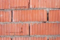 Wand von orange gestreiften Ziegelsteinen mit einer starken Schicht Zement zwischen ihnen lizenzfreie stockfotos