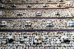 Wand von Schädeln, von Schenkelbeinen und von anderen Knochen Stockbild