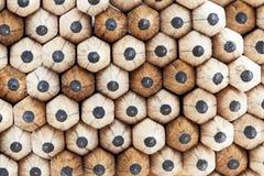 Wand von scharfer grauer Grundgraphithölzernen Beschaffenheits-Bleistiftspitzen Stockfotos