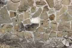 Wand von Steinhöhlen mit breiten Nähten lizenzfreie stockfotografie