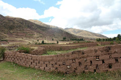 Wand von Ziegelsteinen des luftgetrockneten Ziegelsteines in Peru-Landschaft Stockfotografie