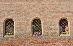 Wand von Ziegelsteinen mit Fenstern Lizenzfreie Stockfotos