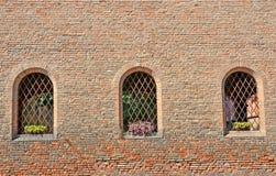 Wand von Ziegelsteinen mit Fenstern Lizenzfreie Stockfotografie