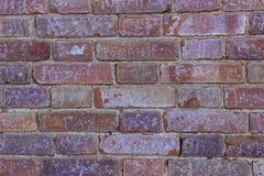 Wand von Ziegelsteinen mit verschiedenen Aufschriften Stockbilder