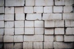 Wand wird von den Ziegelsteinen hergestellt und gemalt mit wei?er Farbe lizenzfreies stockfoto
