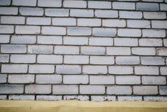 Wand wird von den Ziegelsteinen hergestellt und gemalt mit wei?er Farbe stockfotografie