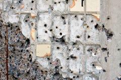 Wand zerbrochen mit Kugeln Stockfoto
