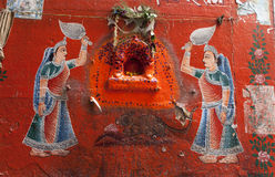 Wandbild in alter Varanasi-Stadt Stockbild