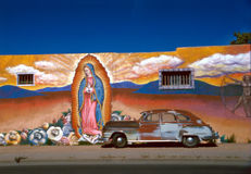 Wandbild mit altem Auto stockfoto
