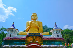 Wandbilder und Buddha-Statuen am Dambulla-Höhlen-goldenen Tempel Lizenzfreie Stockfotografie