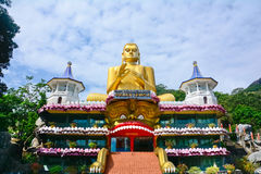 Wandbilder und Buddha-Statuen am Dambulla-Höhlen-goldenen Tempel Stockfotografie