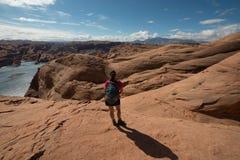 Wandelaar Backpacker die Meer Powell bekijken Royalty-vrije Stock Afbeeldingen