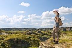 Wandelaar in badlands van Alberta, Canada Stock Afbeeldingen