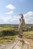 Wandelaar in badlands van Alberta, Canada Royalty-vrije Stock Foto's