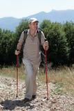 Wandelaar in bergen royalty-vrije stock afbeelding