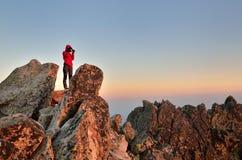 Wandelaar in bergen Stock Foto's