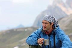 Wandelaar bij de bergen Stock Afbeeldingen