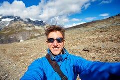 Wandelaar bij de bovenkant van een pas Stock Fotografie