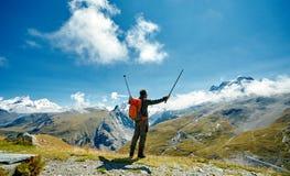Wandelaar bij de bovenkant van een pas Stock Foto's
