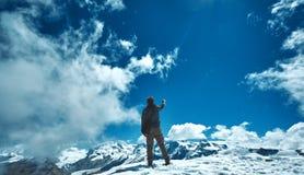 Wandelaar bij de bovenkant van een pas royalty-vrije stock afbeelding