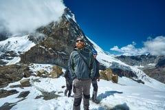 Wandelaar bij de bovenkant van een pas royalty-vrije stock afbeeldingen