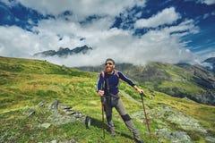 Wandelaar bij de bovenkant van een pas stock afbeelding
