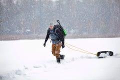 Wandelaar bij de wintervoorwaarde de opleiding Stock Afbeeldingen