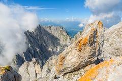 Wandelaar bij Ellmauer-Halt, Wilder Kaiser-bergen van Oostenrijk - dicht bij Gruttenhuette, het Gaan, Tirol, Oostenrijk die - in  royalty-vrije stock fotografie