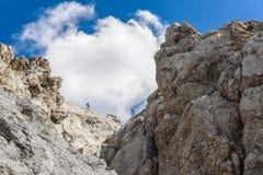 Wandelaar bij Ellmauer-Halt, Wilder Kaiser-bergen van Oostenrijk - dicht bij Gruttenhuette, het Gaan, Tirol, Oostenrijk die - in  stock foto's