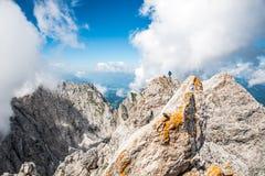 Wandelaar bij Ellmauer-Halt, Wilder Kaiser-bergen van Oostenrijk - dicht bij Gruttenhuette, het Gaan, Tirol, Oostenrijk die - in  stock afbeeldingen