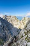 Wandelaar bij Ellmauer-Halt, Wilder Kaiser-bergen van Oostenrijk - dicht bij Gruttenhuette, het Gaan, Tirol, Oostenrijk die - in  stock foto