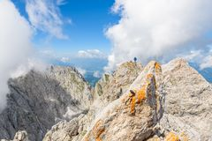 Wandelaar bij Ellmauer-Halt, Wilder Kaiser-bergen van Oostenrijk - dicht bij Gruttenhuette, het Gaan, Tirol, Oostenrijk die - in  royalty-vrije stock foto