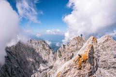 Wandelaar bij Ellmauer-Halt, Wilder Kaiser-bergen van Oostenrijk - dicht bij Gruttenhuette, het Gaan, Tirol, Oostenrijk die - in  stock fotografie