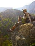 Wandelaar bovenop de heuvel stock foto