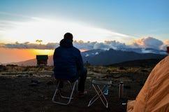 Wandelaar in de avond zon - Kilimanjaro, Tanzania, Afrika Stock Afbeeldingen