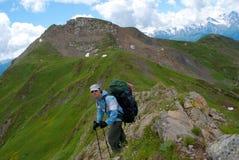 Wandelaar in de berg Stock Afbeeldingen