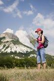 Wandelaar in de bergen stock afbeeldingen