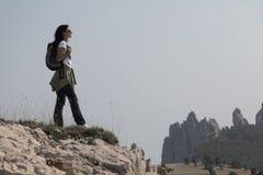 Wandelaar in de bergen royalty-vrije stock afbeelding